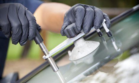 Parabrezza auto scheggiato: riparazione o sostituzione?